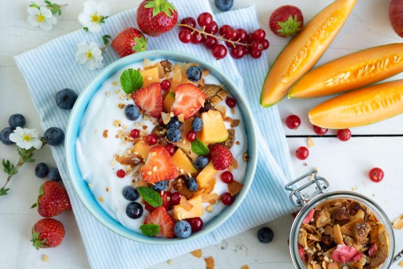 AIP ontbijtkom met kokosyoghurt, granola en vers fruit