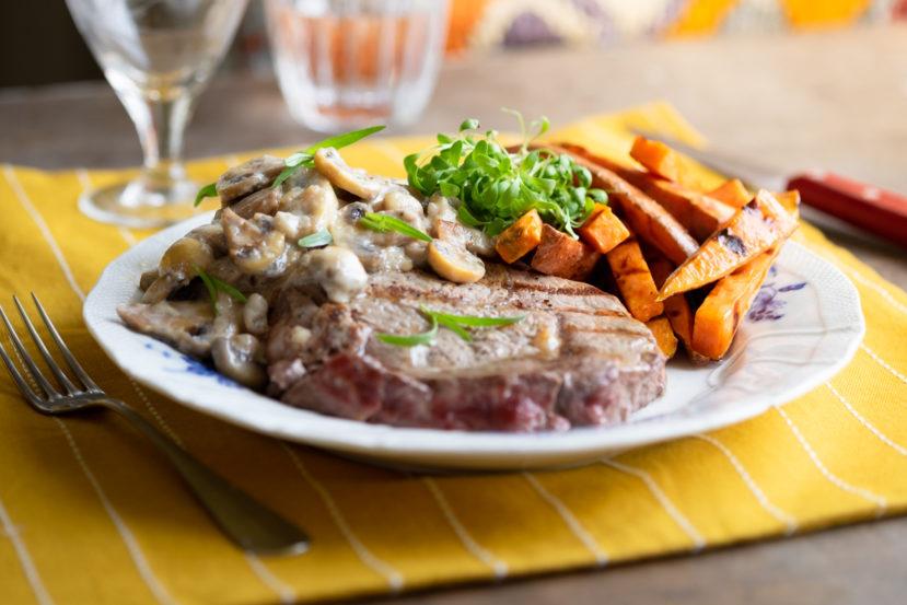 Steak met champignonroomsaus en zoete aardappelfrietjes