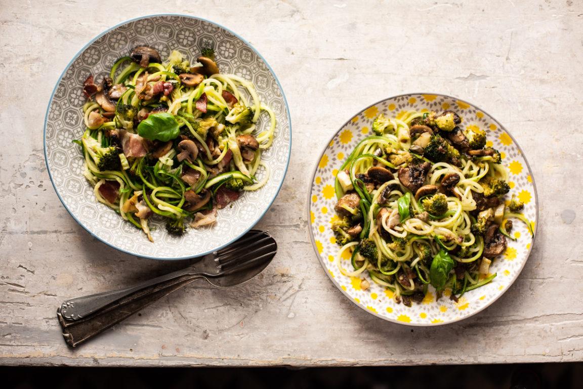 AIP courgettepasta met broccoli, champignons en ansjovis (of spek)