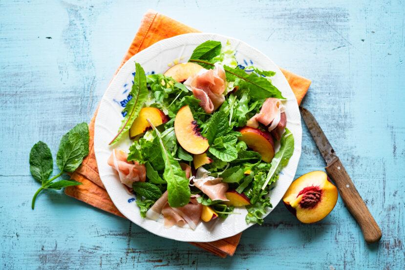 AIP bitterzoete salade met nectarine, prociutto en munt